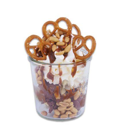 <strong>Fleur de Sel Caramel</strong><br>Karamelleis, Vanilleeis, knackige Erdnüsse, cremige Karamellsoße und Schlagsahne